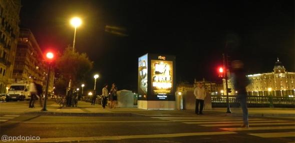 Puente del Kursaal, del otro lado del Rio Urumea el Hotel Maria Cristina.